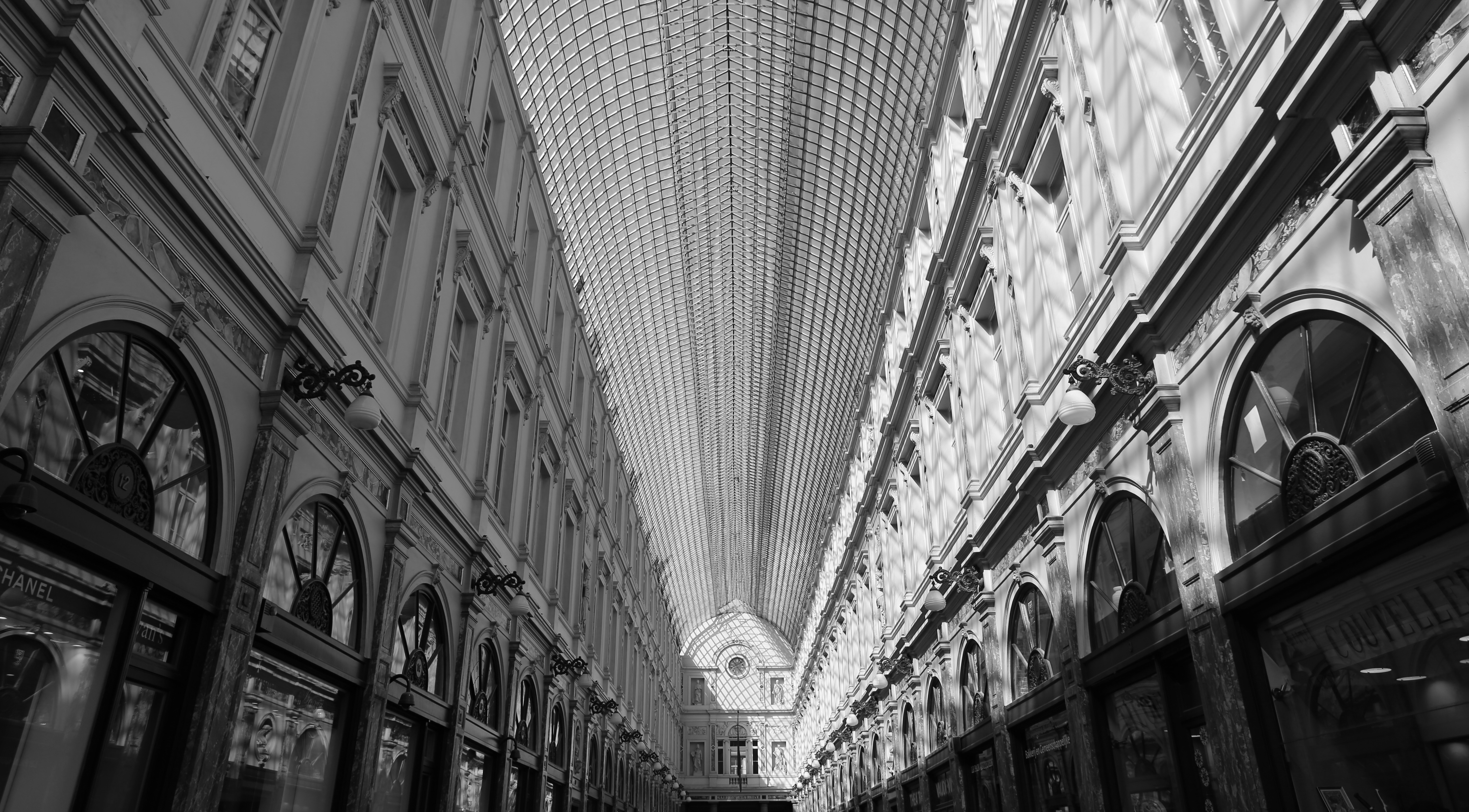 black-and-white-architecture-shops-brussels