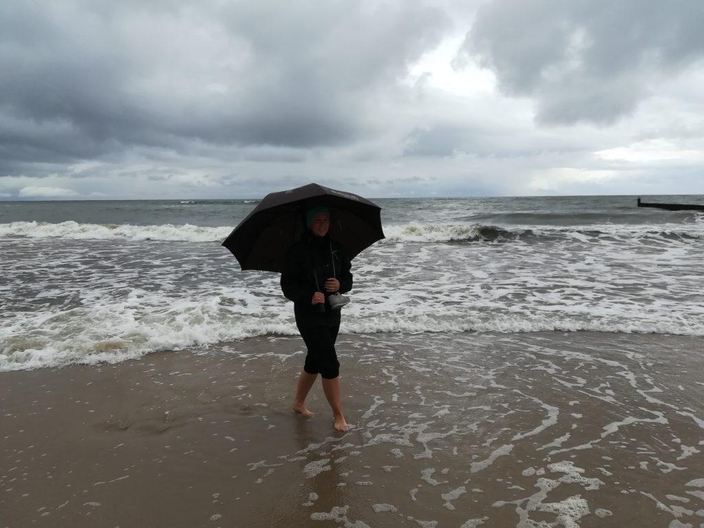 Plaża w Sianożętach, nad Bałtykiem w deszczu