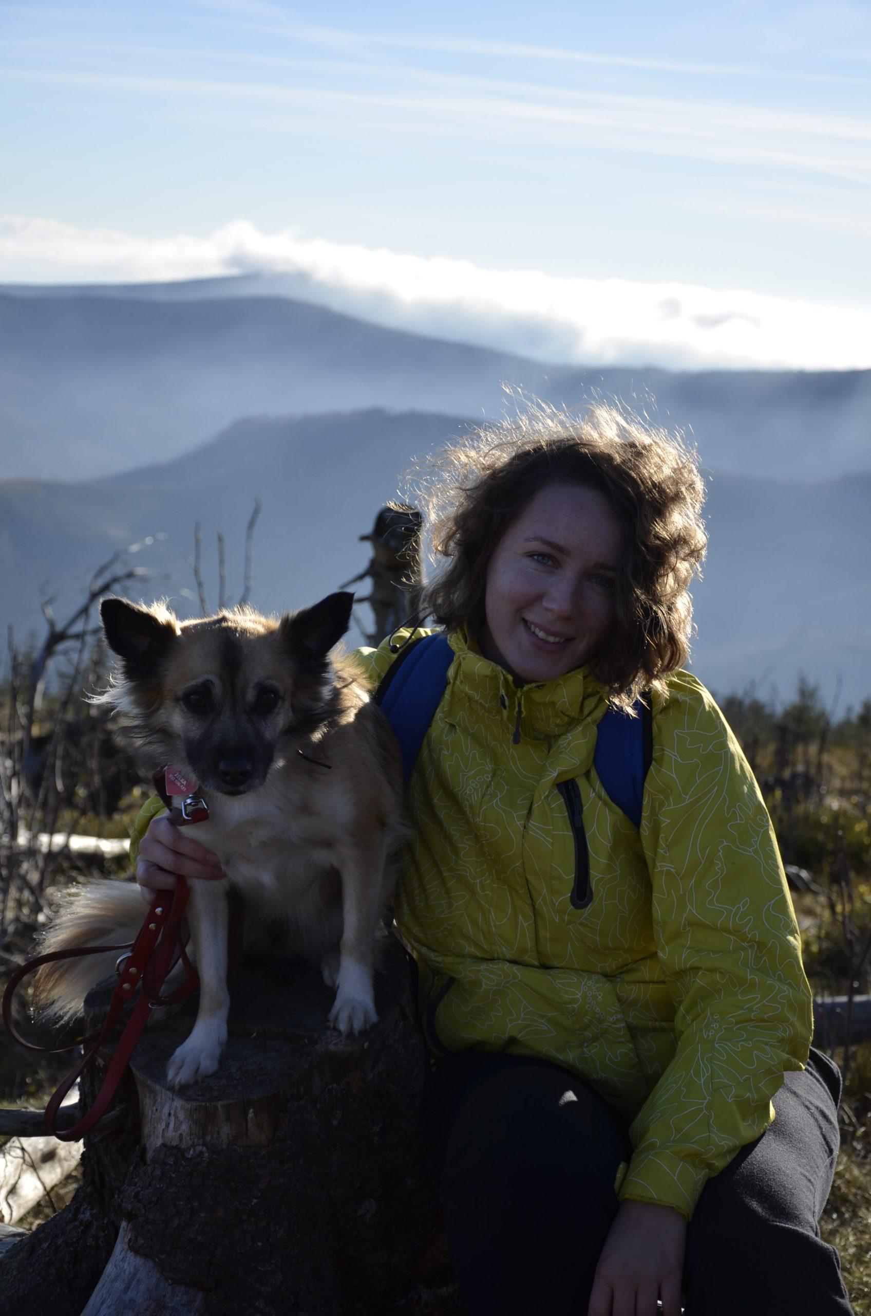 Skrzyczne z psem, widok na góry Beskidy, inwersja chmur