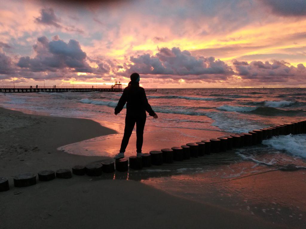 Plaża w Sianożętach o zachodzie słońca, na falochronie